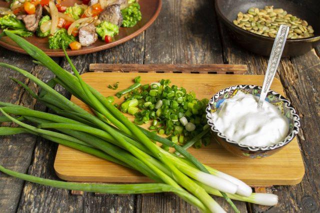 Смешиваем нарезанный лук с греческим йогуртом, солим