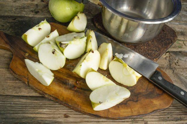 Яблоки моем и крупно нарезаем
