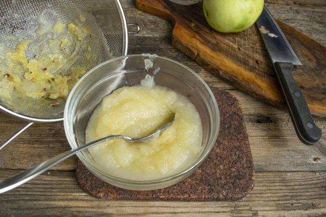 Распариваем яблоки и протираем сквозь мелкое сито
