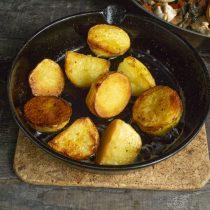 В разогретое масло выкладываем варёный картофель, обжариваем