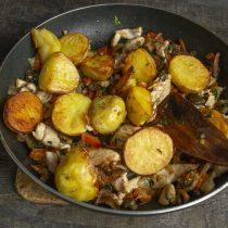 Картофель выкладываем на курицу с грибами, поливаем растопленным маслом и перемешиваем