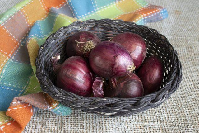 Очищаем от шелухи луковицы, ополаскиваем холодной водой