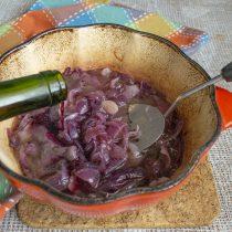 Примерно через час наливаем в жаровню портвейн, красное сухое вино, винный уксус