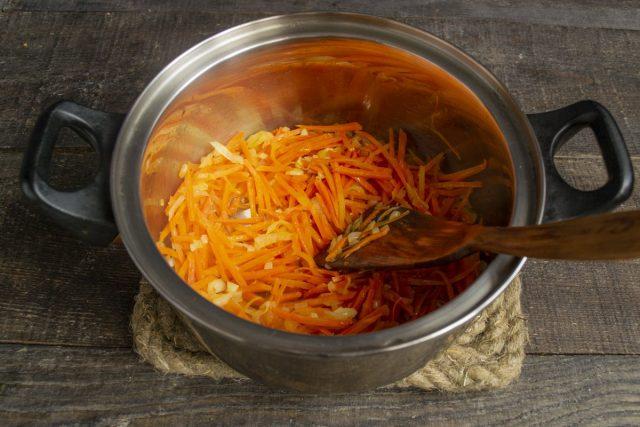 Обжариваем овощи 10 минут до мягкости, перекладываем в суповую кастрюлю