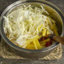 Кладём в кастрюлю капусту и нарезанный картофель