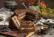 Простой шоколадный торт на кефире со сметанным кремом