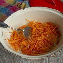 Добавляем нарезанную морковь в жаровню