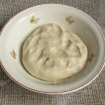 Смазываем миску оливковым маслом, кладём тесто