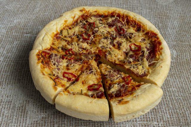 Толстая домашняя пицца с колбасой готова