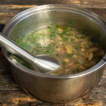 Когда картофель станет совсем мягким, измельчаем суп погружным блендером