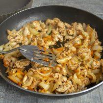 Обжариваем курицу с овощами 15 минут и оставляем остывать