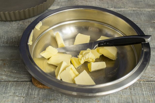 В миску кладём порезанное кубиками сливочное масло