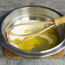 Для заливки разбиваем яйца, добавляем молоко или сливки, солим, взбиваем венчиком