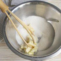 Взбиваем размягченное сливочное масло с сахарным песком