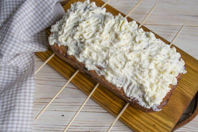 Делаем крем и выкладываем на остывший кекс