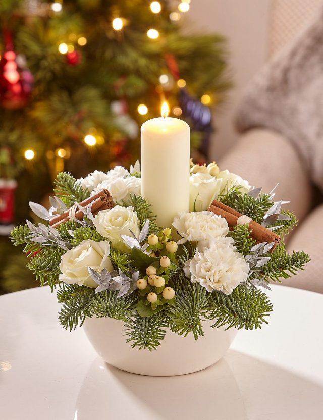 Композиция со свечой и белыми цветами