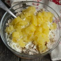 Кладём нарезанный консервированный ананас в миску