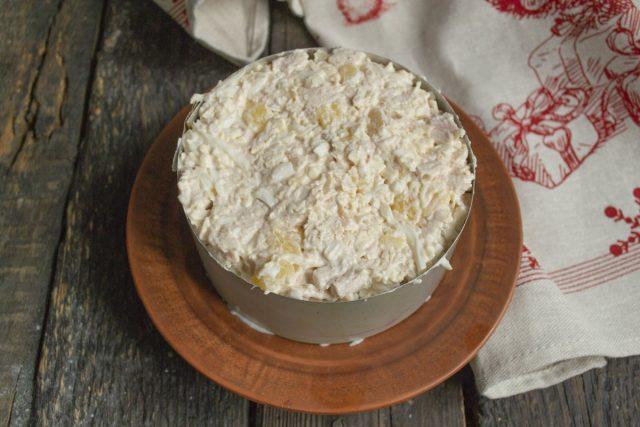 Выкладываем салат в кулинарное кольцо или в праздничную салатницу