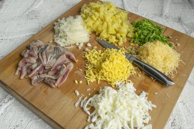Подготавливаем продукты для сельди под шубой