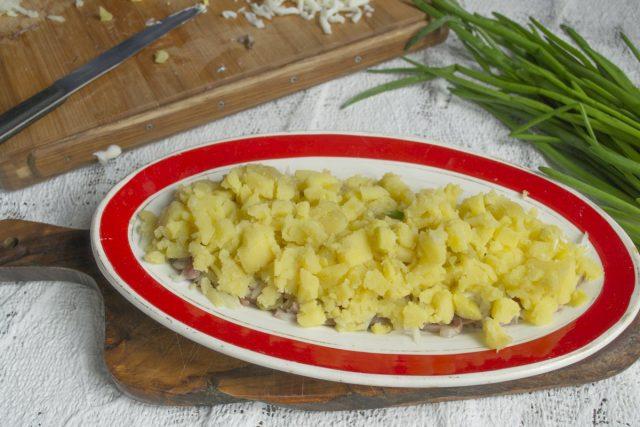 Кладём нарезанный картофель