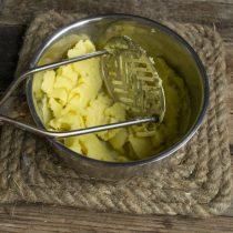 Отвариваем картофель и разминаем в пюре