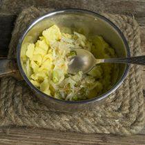 Обжариваем репчатый лук, за минуту до готовности добавляем зелёный, солим. Добавляем к пюре