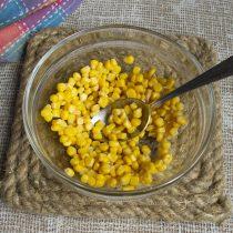 Кладём кукурузу в салатницу
