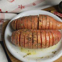 Посыпаем картофель крупной солью и чёрным перцем