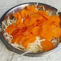 Добавляем нарезанную морковку к капусте