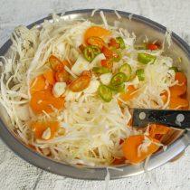 Добавляем к нарезанным овощам чили и чеснок