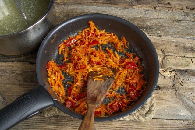 Обжариваем овощи, добавляем порезанные помидоры