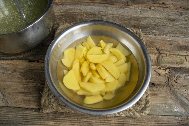 Нарезаем и промываем картофель