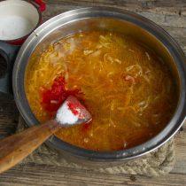 Доводим щи до кипения, добавляем соль, красный перец и сахарный песок