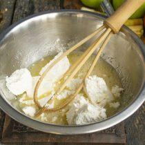 Добавляем творог и перемешиваем венчиком с яично-сахарной смесью