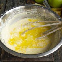 Растопленное и слегка остывшее масло вливаем в тесто, перемешиваем