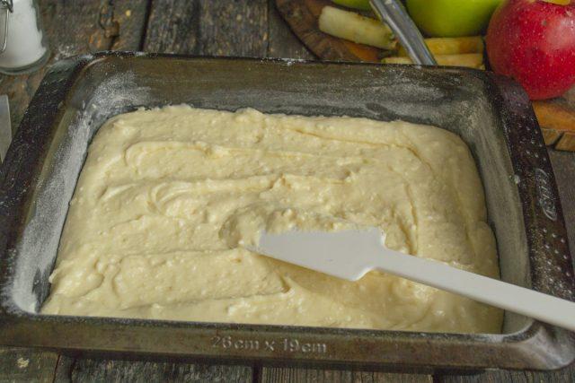 Форму для выпечки смазываем сливочным маслом, посыпаем мукой и выкладываем тесто