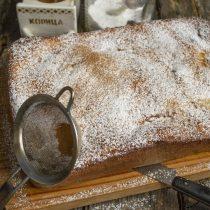 Посыпаем шарлотку сахарной пудрой и молотой корицей