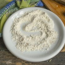 Смешиваем в тарелке пшеничную муку с сухой приправой