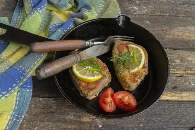 Сочный стейк из тунца на сковороде в панировке готов