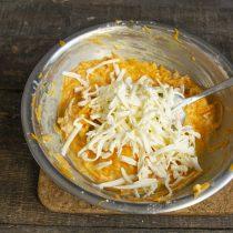 Добавляем натёртый сливочный творожный сыр и оливковое масло