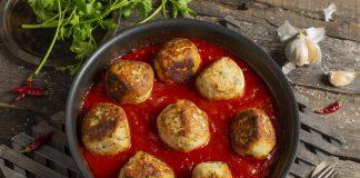 Большие куриные фрикадельки в томатном соусе по-итальянски