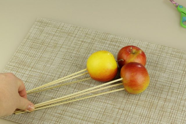 Каждое яблоко необходимо наколоть на три шпажки