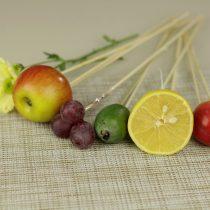 Закрепляем на шпажки все наполнители фруктового букета