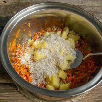 Добавляем к обжаренным овощам нарезанный картофель и круглый рис