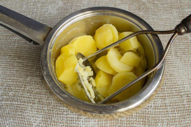 Отвариваем картофель и разминаем