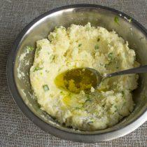 Добавляем соль, оливковое масло и хорошо перемешиваем