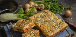 Простой рыбный пирог со скумбрией и картошкой
