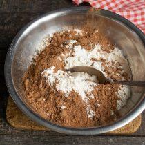 Смешиваем пшеничную муку высшего сорта и порошок какао