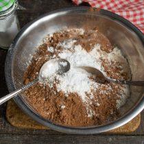 Добавляем разрыхлитель теста и соду, тщательно перемешиваем