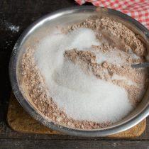 Насыпаем мелкий белый сахар и добавляем пакетик ванильного сахара